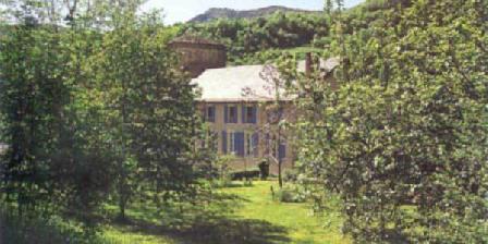 Château de Roquetaillade Le château dans le vert