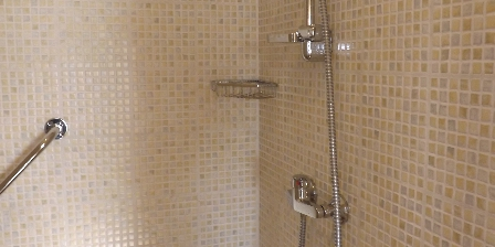 Le Clos Poli Shower of the Champenoise room