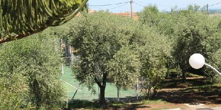 Le Clos des Oliviers Vue sur le tennis et le parking