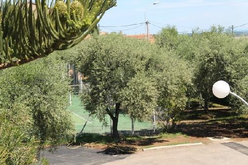 vue sur le tennis et le parking