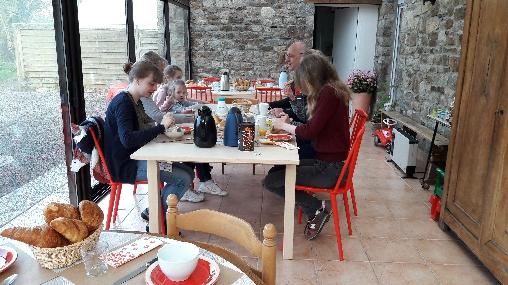 Petits déjeuners dans la véranda en été, la Croix-Galliot (35)