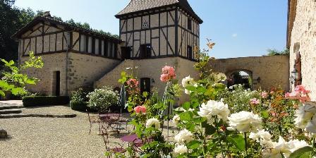 Château de Missandre La cour intérieure et le Pigeonnier