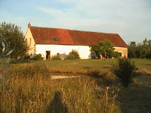 Chambre d'hote Allier - L'arriere du gite avec la mare et terrace