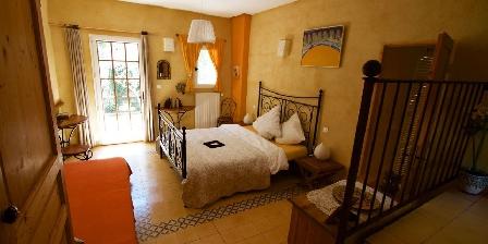 Chambre d'hotes La Colombière du château > une de nos chambres triples avec un coin jardin privative