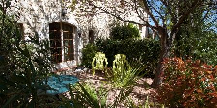 Chambre d'hotes La Colombière du château > Petit coin jardin privatif