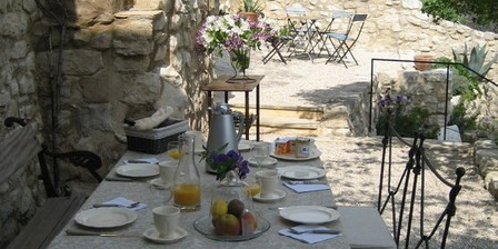 Guide gratuit la bastide du rempart vaucluse chambre d for Maison hote methamis
