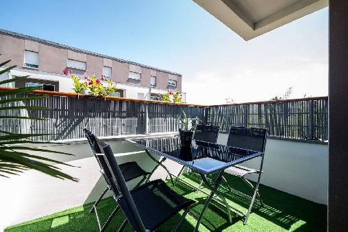 Table et 4 chaises sur le balcon