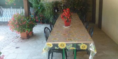 Chambres et Table d'Hôtes à la Ferme le  Château  Vieux Terrasse coin diner