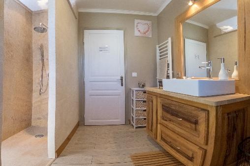 Salle de bain pour les pins et l'olivier