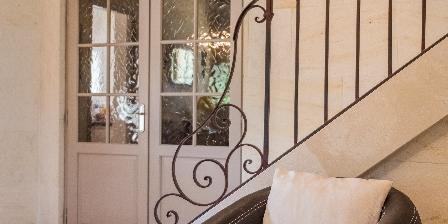 Le Jas des Alpilles Partie du salon avec montée d'escalier