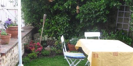 Location de vacances Location de Vacances de la Roguenette > le repas dans le jardin