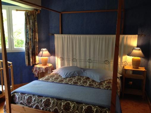 Chambre baldaquin Casa Arbores Jura gite 8 à 15 personnes