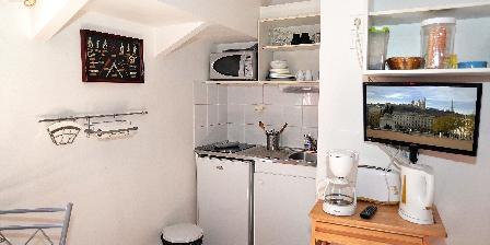 Location insolite studio péniche au coeur de Lyon  Cuisine et réfrigérateur