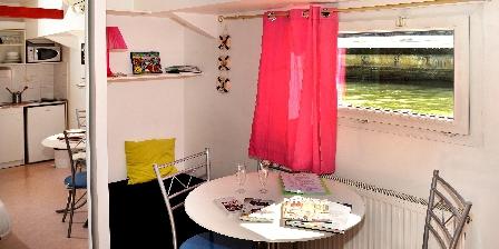 Location insolite studio péniche au coeur de Lyon  Lit d'appoint plié et table