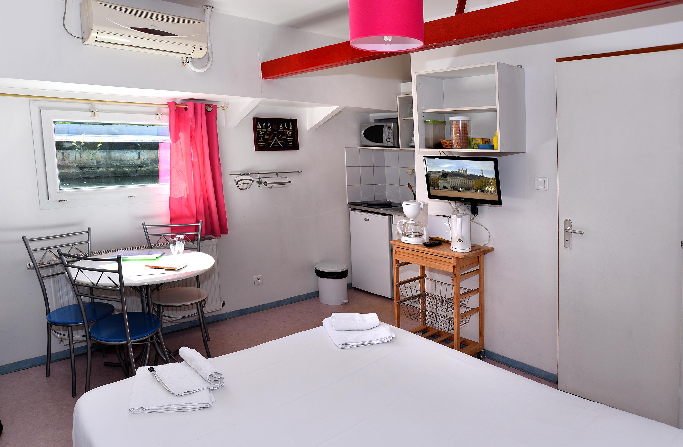 Location insolite studio péniche au coeur de Lyon : Une chambre d ...