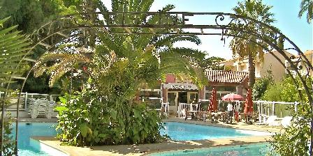 2 Pièces à Juan-les-pins Entrée piscine avec son restaurant bar
