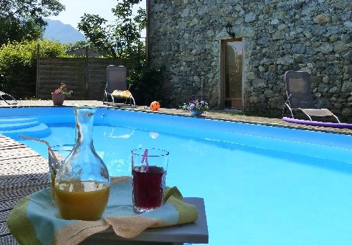 détente à la piscine chauffée de mai à octobre
