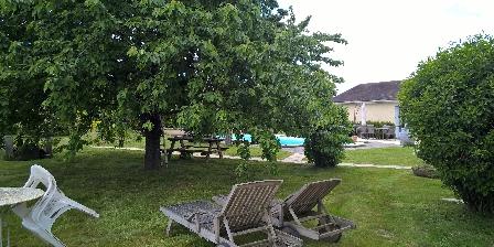 Location de vacances Chambres  d'hôtes  du Carron de  La  Chapelle > Pool House-Jardin-cerisier