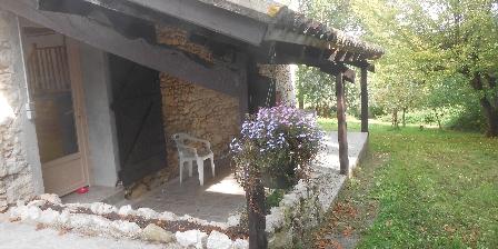 Tournonzen Gîte Prunier La terrasse couverte devant le jardin privatif