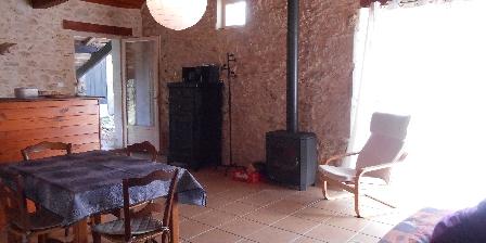 Gite Tournonzen Gîte Prunier > La pièce de vie et son poêle à bois