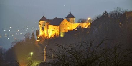 Au Cadran Solaire à 5 mn  Belvoir petite cité de caractère, le château