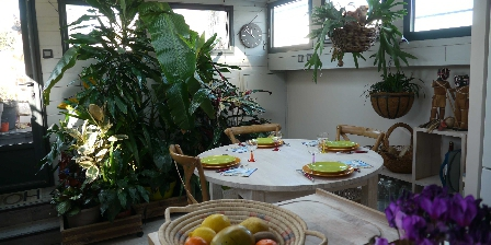 Chambre d'hotes Péniche La Mouette > le coin repas
