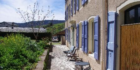 Gîte Petit Château de Roquetaillade L'allée devant le château