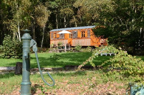 Chambre d'hote Calvados - La roulotte vue de la Pompe à eau