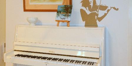 Le Gîte de L'atelier Le piano dans le séjour