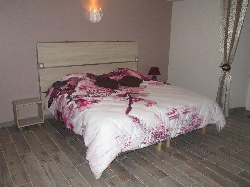 chambre avec 1 grand lit de 180 cms x 190 cms