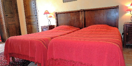 Les Chênes Verts Orange room 2 twin beds