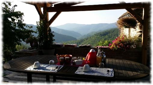 Chambre d'hote Lozère - Oustaou de Joséphine petit dejeune sur la terrasse