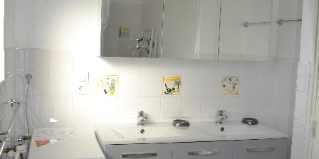 Gîte rural de La Chassière Salle-de-bain 2 - douche, 2 lavabos