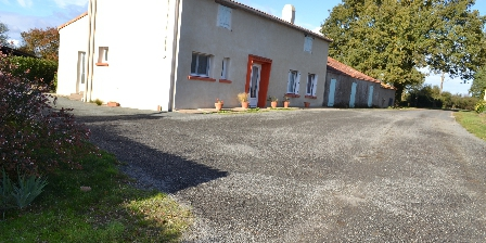 Gîte rural de La Chassière Le gîte, jardin en face et à l'arrière