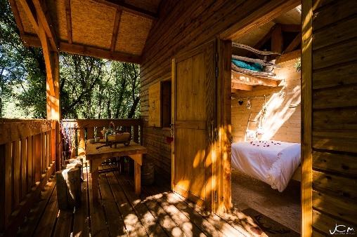 La terrasse ombragée de la cabane
