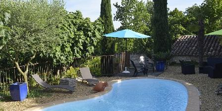 La Grange de Mailhac La piscine des chambres d'hôtes de Mailhac à Barjac dans le Gard