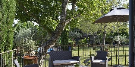 La Grange de Mailhac La terrasse des chambres d'hôtes donnant sur le jardin