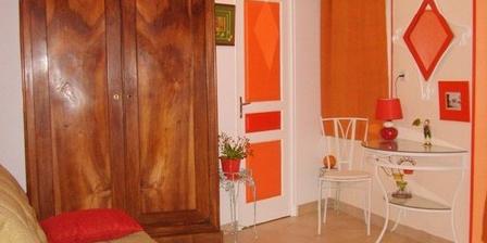 Chambre L'églantier ou La Roulotte Esméralda Chambre L'églantier ou La Roulotte Esméralda, Chambres d`Hôtes Bonnée (45)