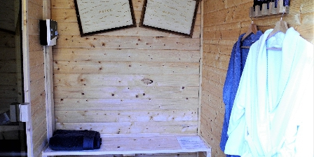 La Maison d'Isaphil Le sauna avec vestiaire dans le jardin de la Maison d'Isaphil