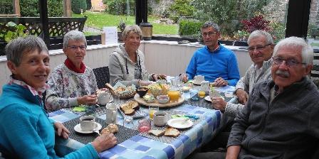 La Maison d'Isaphil Copieux petit déjeuner dans la véranda avec vue sur le jardin