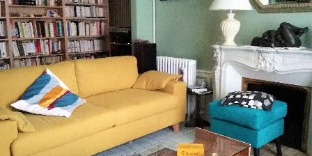 La Maison d'Isaphil Le salon bibliothèque pour se reposer