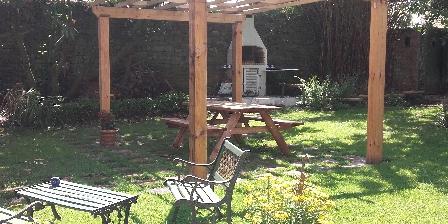 La Maison d'Isaphil Le coin barbecue dans le jardin