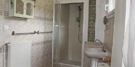 Cottage Au Coeur de Rennes > la salle d'eau avec douche