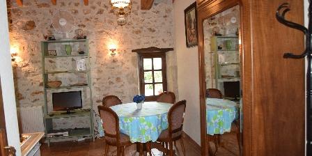 Le Petit Gîte du Château de Missandre The dining room