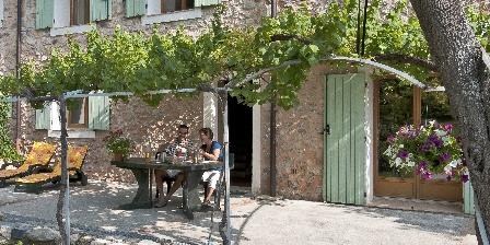 Le Mas de La Citadelle - Gîte La Treille Terrasse sous la treille et jardinet