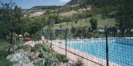 Les Gites du Pic du Comte - L' Ecurie Le jardin et la piscine.