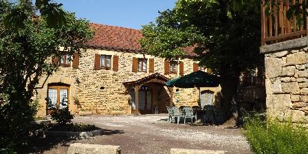 Chambres d'Hôtes Mazet Roland et Agnès Cour et bâtiment principal