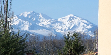 Aux 4 Saisons View of the Pyrenees. Spring at the cottage