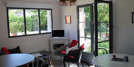 Location Saisonnière Gîte Les Dormants Salon avec accès jardin