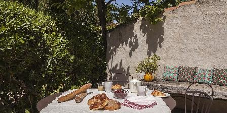 Château de La Motte - Gîtes et Salle de Réunion Petit déjeuner dans votre jardin privatif